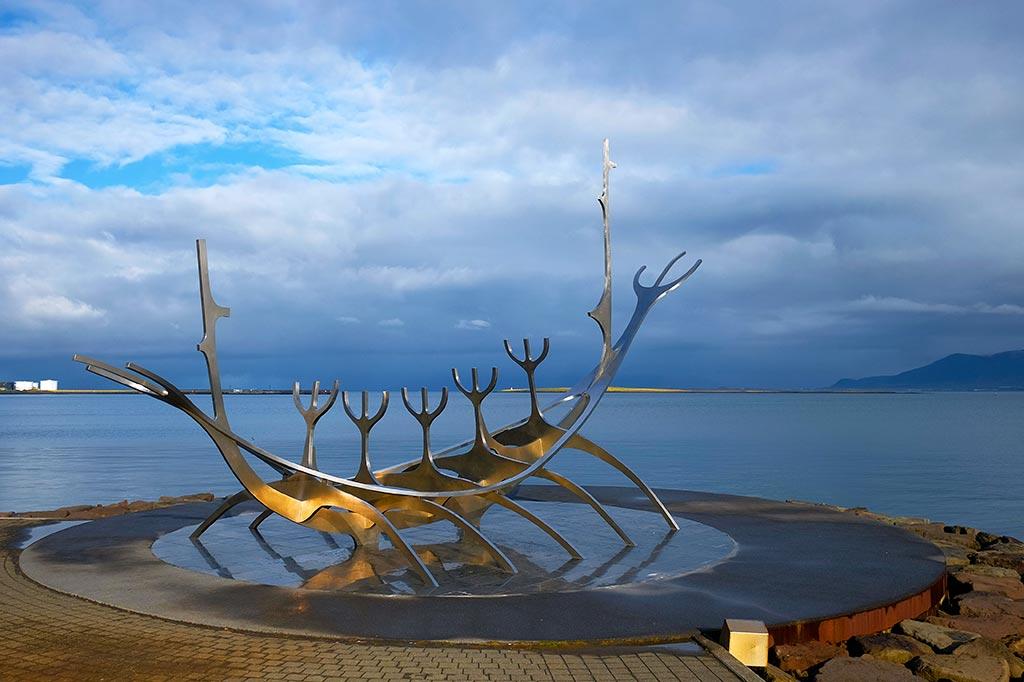 Reykjavikj'in liman kısmında bulunan Solfar (Güneş Yolcusu) heykeli. Önündeki tabelada yazdığına göre sanatçısı hepimizi hayallerimize götüren gemiler vardır, bu gemi ile ben ilkel topraklara gitmeyi hayal ediyorum diyor