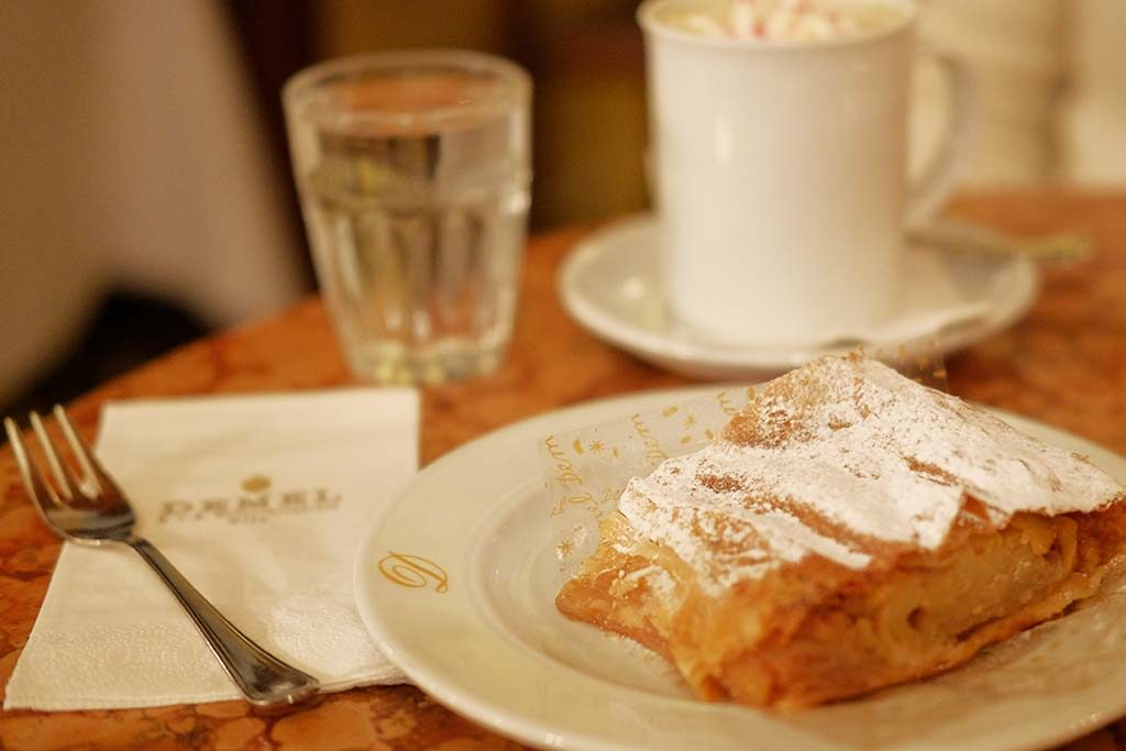 demel patisserie apple pie in vienna